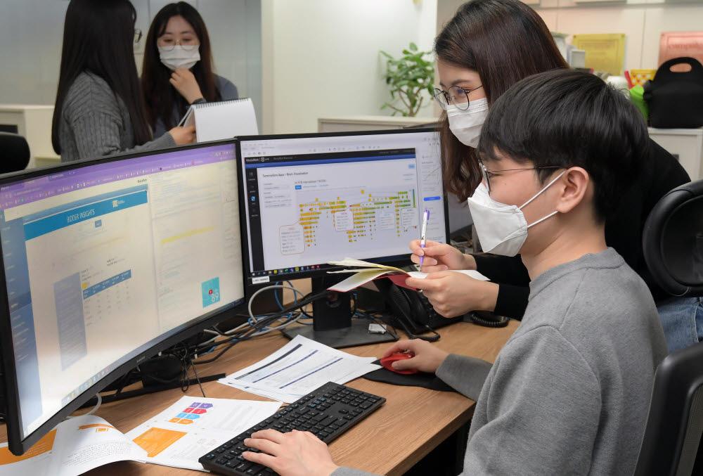 인공지능(AI)을 활용해 광고주에 최적화된 광고 상품들을 추천하는 프로그래매틱 기술이 세계 광고시장에서 주목받고 있다. 18일 서울 강남구 에 위치한 프로그래매틱 전문기업 위시미디어에서 직원들이 실시간 광고입찰현황을 살펴보고 있다. 이동근기자 foto@etnews.com