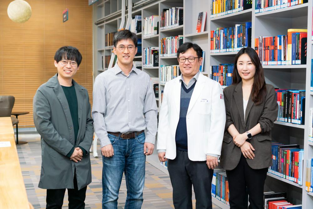 왼쪽부터 정진모 박사, 이종호 교수, 김태 교수, 정지은 박사과정생.