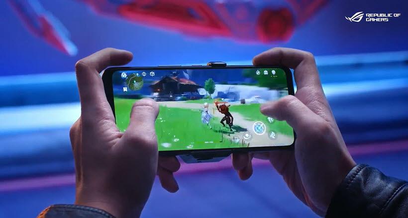 에이수스(ASUS)가 최근 공개한 로그폰5 런칭 영상 캡처. 스마트폰에서 게임이 중요해지면서 디스플레이, 터치 성능도 업그레이드되고 있다.<출처= ROG Global 유튜브 계정>