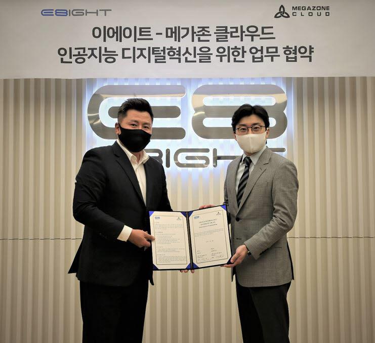 김진현 이에이트 대표(왼쪽)와 이주완 메가존클라우드 대표가 협약식을 마치고 기념촬영을 하고 있다. 이에이트 제공