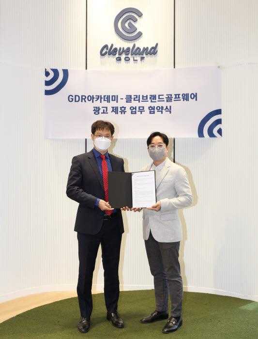 (왼쪽부터) 골프존 GDR 사업기획실 안웅기 상무, 클리브랜드 양계홍 대표이사. 사진=골프존