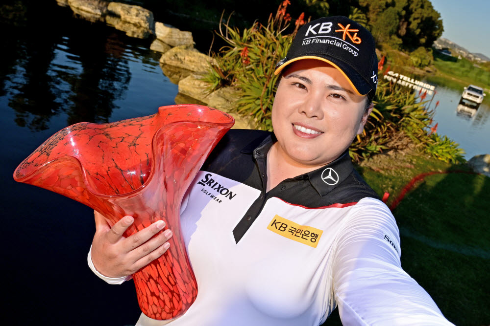 박인비가 우승 트로피를 들고 웃고 있다. 사진제공=LPGA / Getty Images