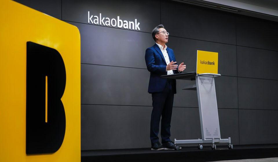 윤호영 카카오뱅크 대표가 2월 2일 온라인 기자간담회를 열고 금리 대출 계획 등을 포함한 올해 사업 및 서비스 전략을 소개하고 있다.