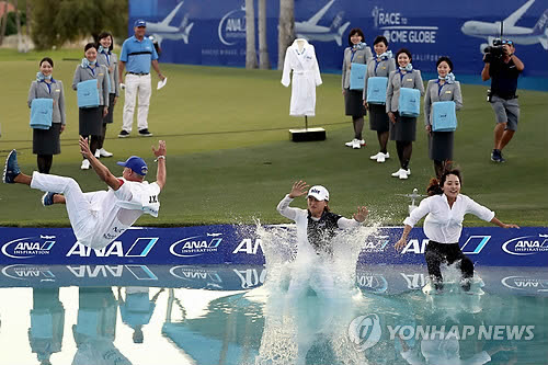 2019년 ANA 인스퍼레이션 챔피언 고진영이 우승한 뒤 포피스 폰드(Poppies Pond)에 뛰어드는 세리머니를 펼치고 있다. 사진=AFP/Getty 연합뉴스
