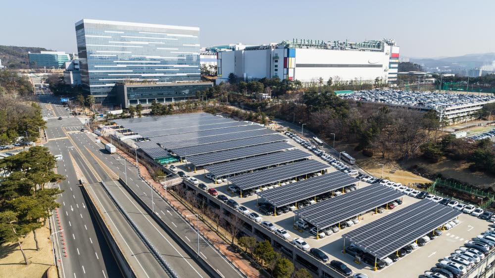 삼성전자 기흥 반도체공장에 설치된 태양광 패널. <사진=삼성전자>