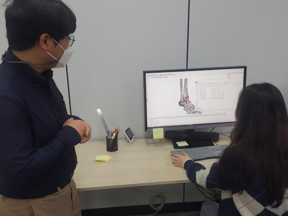 김건희 한국생산기술연구원 강원본부 기능성소재부품연구그룹장이 직원과 함께 인공 거골 제작을 위한 디자인 결과를 논의하고 있다.