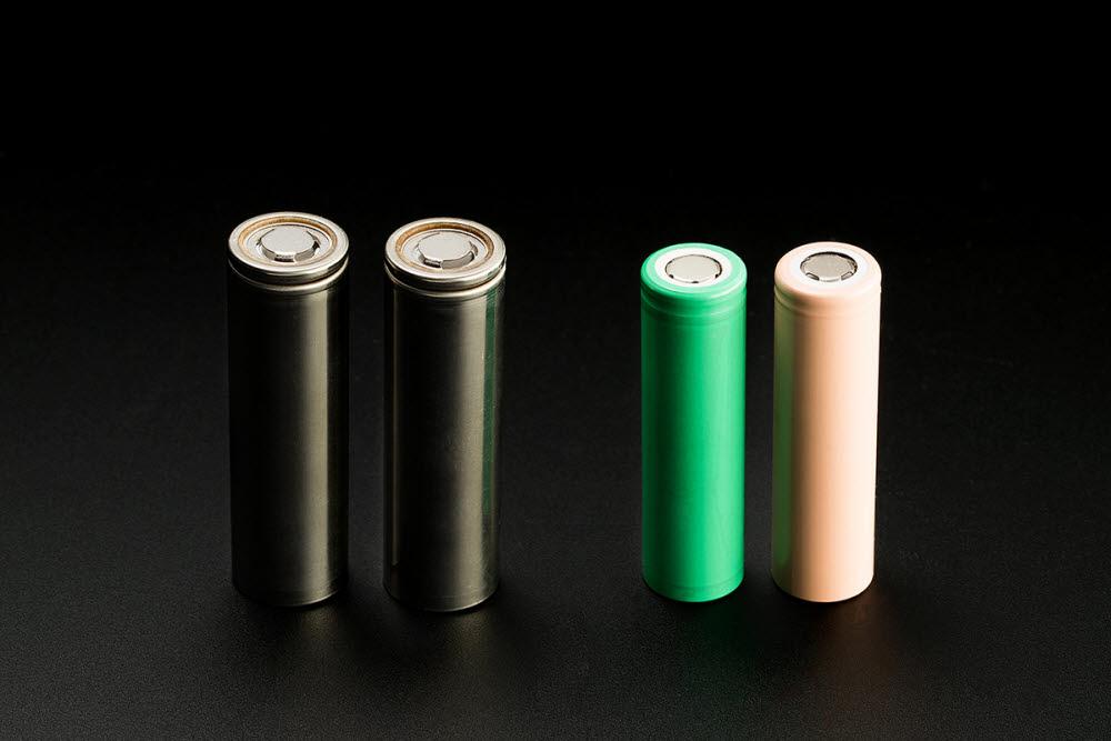 LG에너지솔루션의 21700 배터리(왼쪽)와 기존 18650 배터리.