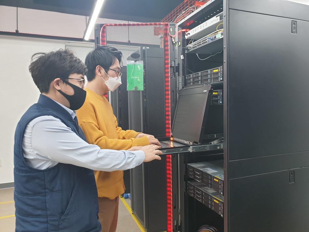경북IT융합산업기술원 관계자가 경북클라우드데이터센터에서 기업용 클라우드서버를 확인하고 있다.