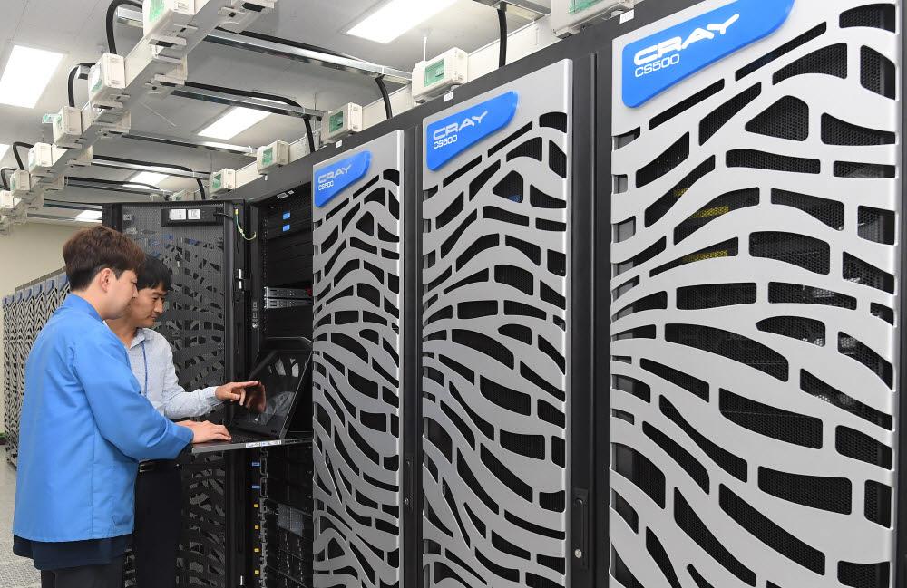 KISTI는 올해 슈퍼컴퓨터 6호기 도입을 위한 준비에 본격 착수한다. 사진은 현재 운용중인 슈퍼컴 5호기(누리온). 이동근기자 foto@etnews.com
