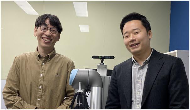 사진 왼쪽부터 서울대 컴퓨터공학부 전병곤 교수, 양영석 박사