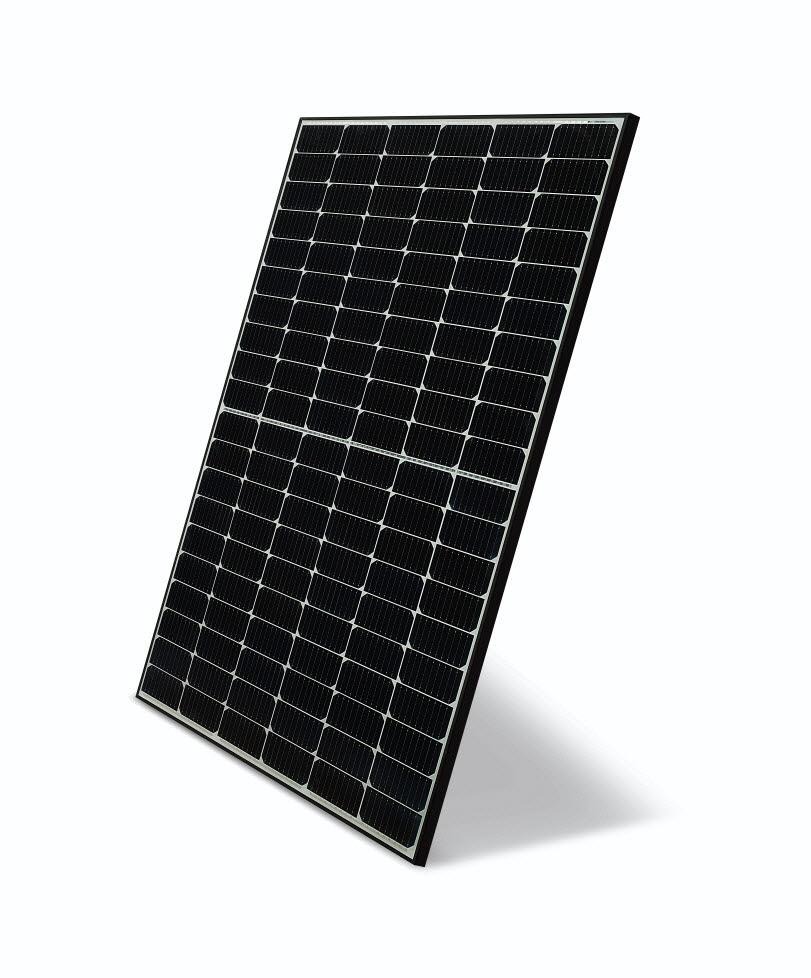 LG전자가 고효율 태양광 모듈 신제품 네온 H(NeON H)를 출시하며 글로벌 태양광 시장을 공략한다. 사진은 네온 H 제품.