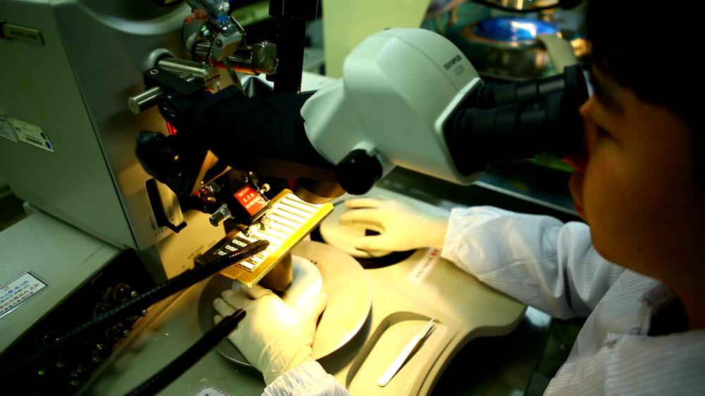 한국광기술원은 300여명의 인력이 R&D와 기업지원의 업무를 수행하고 있다. 발광다이오드(LED) R&D 모습.
