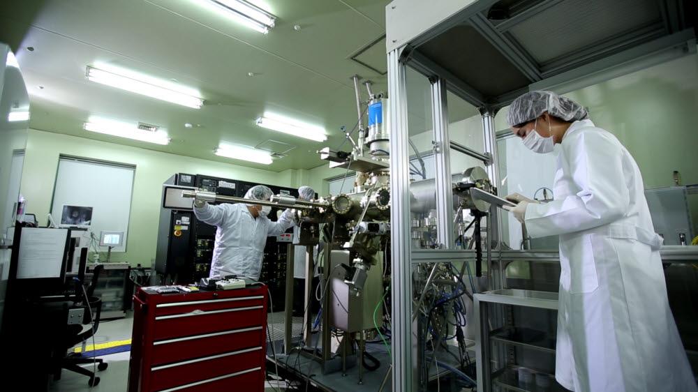 한국광기술원 연구원들이 클린룸에서 빛의 원천을 연구하고 에너지·환경·의료 등 다양한 분야의 융합연구를 수행하고 있다.