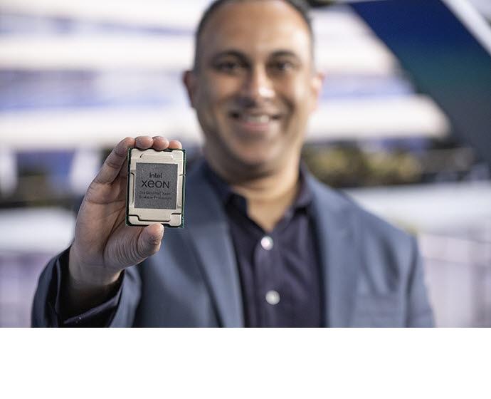 나빈 셰노이 인텔 수석부사장이 인텔 3세대 제온 스케일러블 프로세서를 소개하고 있다. <사진=인텔>