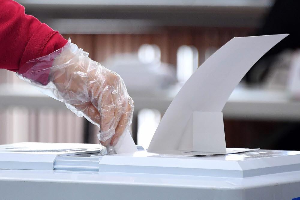 소중한 한표 행사하는 시민들 4.7 재·보궐선거가 7일 서울과 부산시장을 포함해 전국 21곳에서 일제히 진행됐다. 투표소를 찾은 시민들이 소중한 한 표를 투표함에 넣고 있다. 김민수기자 mskim@etnews.com