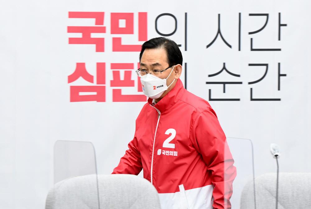 국민의힘 주호영 원내대표가 6일 오전 국회에서 열린 원내대책회의에 입장하고 있다. 연합뉴스