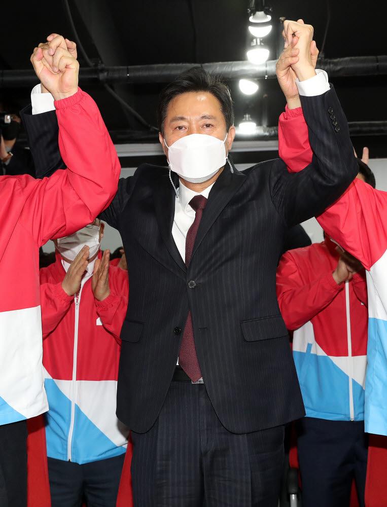 4·7 재보궐선거 출구조사 결과에 환호하는 국민의힘