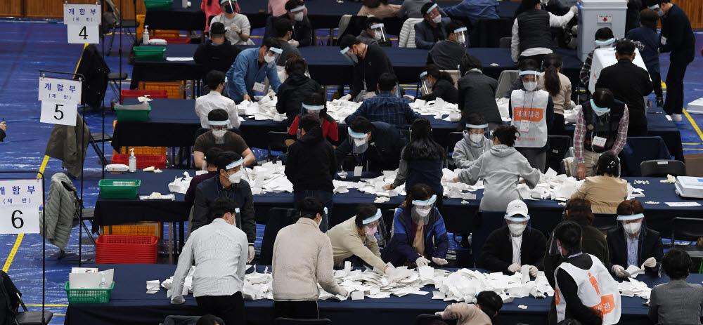 4·7재보궐 선거 개표 '꼼꼼히'