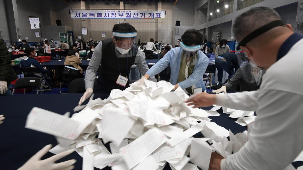 4·7재보궐 선거일인 7일 서울 마포구 마포구민체육센터에 마련된 개표소에서 개표사무원들이 개표작업을 하고 있다. 이동근기자 foto@etnews.com