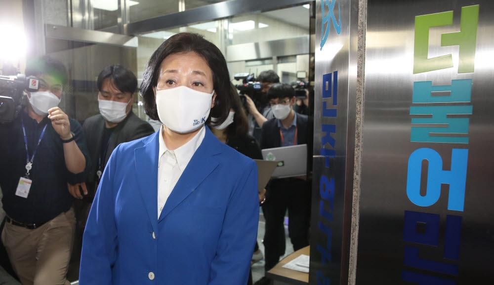 박영선 후보가 당사를 떠나고 있다.
