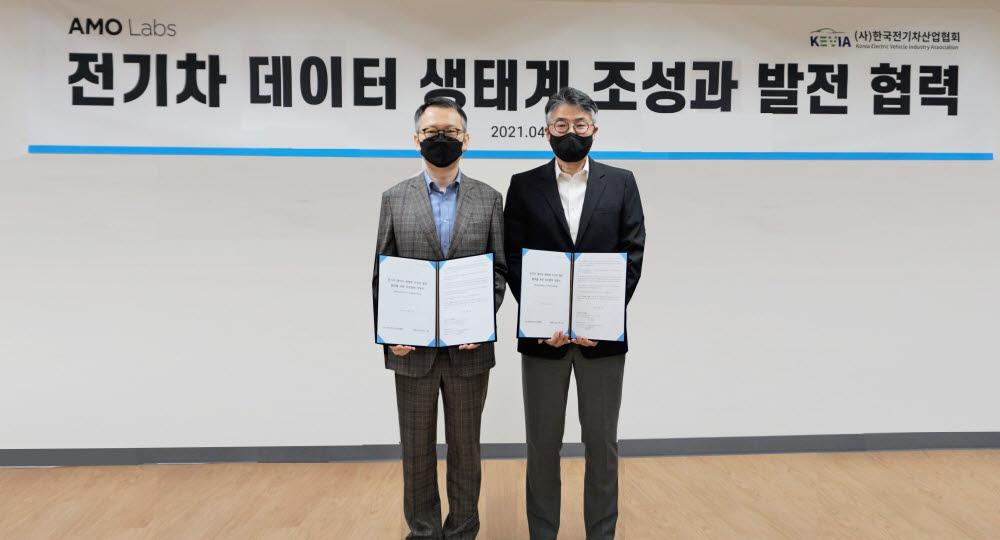 심상규 AMO랩스 대표(왼쪽)와 박재홍 한국전기차산업협회장은 전기차산업을 전후방에서 동시 지원하는 등 전기차 데이터 생태계 조성을 위해 상호 협력하기로 했다.