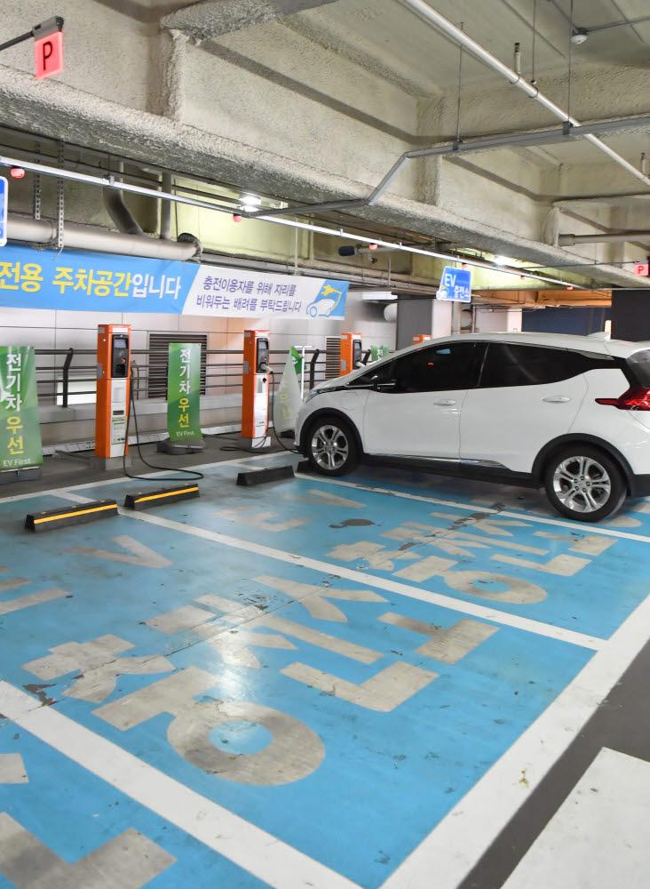 한국전력이 운영 중인 서울 용산구 대형 유통매장 내 공동 전기차 충전소.