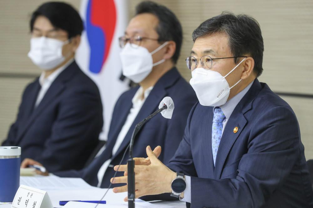 권덕철 보건복지부 장관(오른쪽 첫번째)이 8일 세종청사에서 열린 기자간담회에서 질의에 답변하고 있다. (사진=보건복지부)