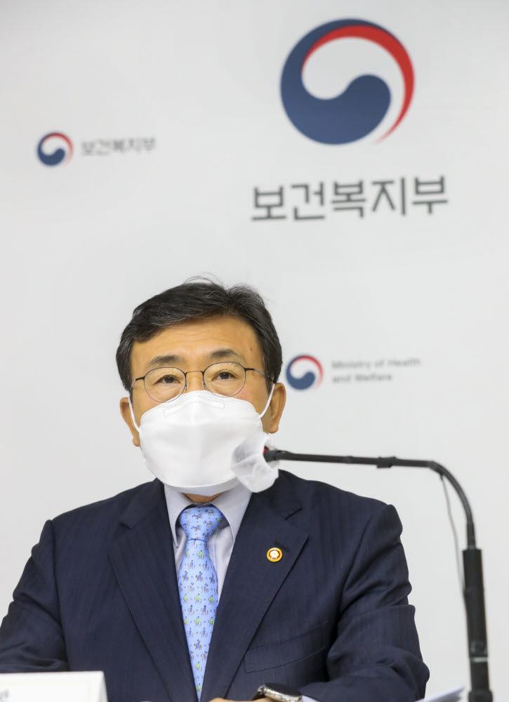 권덕철 보건복지부 장관이 8일 세종청사에서 열린 기자간담회에서 질의에 답변하고 있다. (사진=보건복지부)
