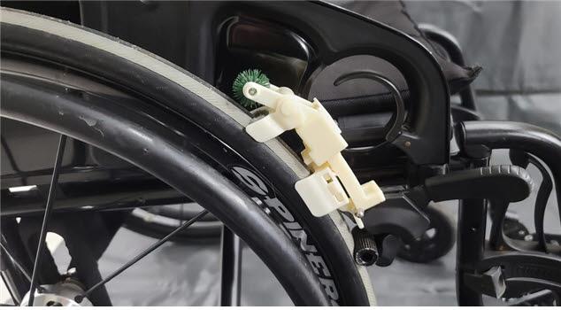 휴텍이 개발한 휠체어 제동장치를 활용해 주행과 함께 세척할 수 있는 휴대용 청소모듈 시제품.