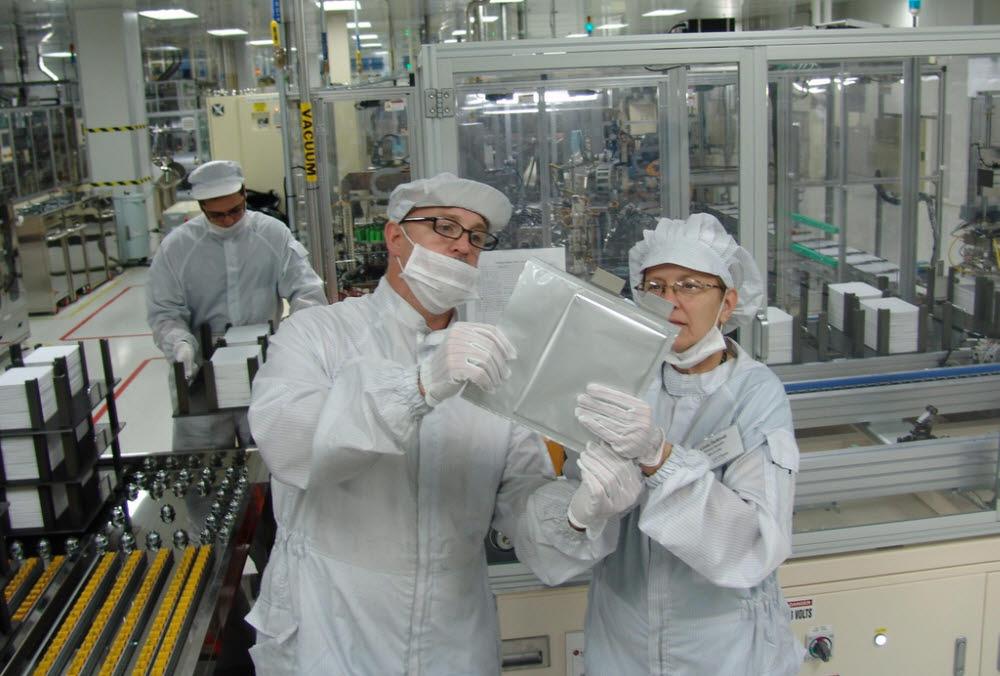 LG에너지솔루션 미국 공장 연구원들이 파우치 배터리셀을 살펴보고 있다<사진=LG에너지솔루션>