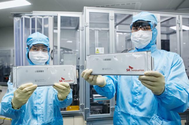 SK이노베이션 연구원들이 배터리셀을 들어 보이고 있다.