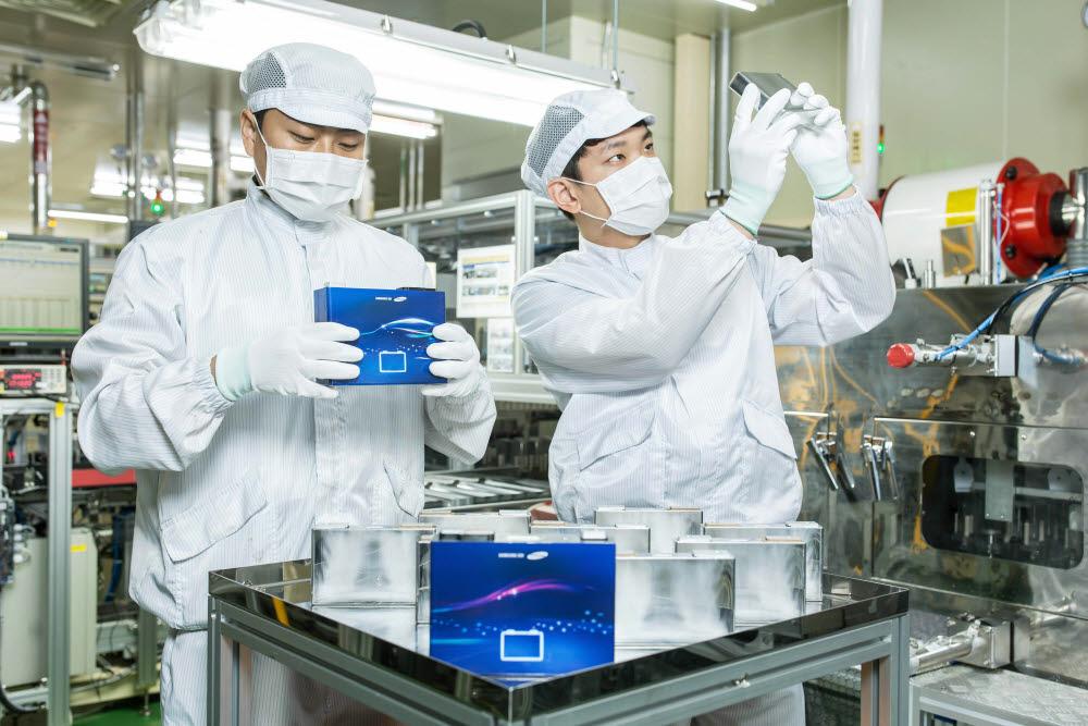 삼성SDI 직원들이 배터리셀을 살펴보고 있다.