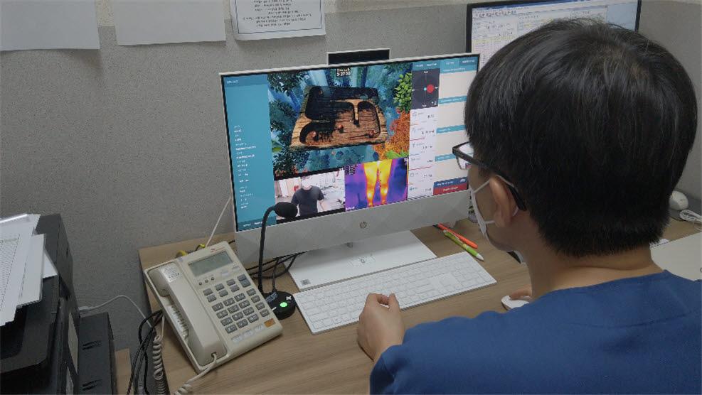유오케이가 개발한 VR 비대면 재활의료 서비스 콘텐츠를 시연하고 있는 모습.