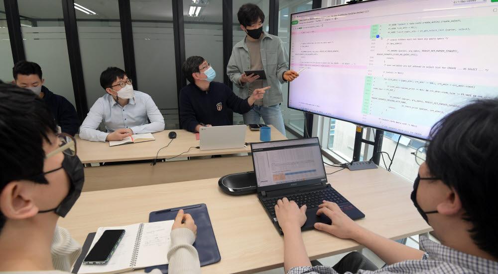 정부가 내년 상반기 입주를 앞둔 대구정부통합전산센터의 데이터베이스관리시스템(DBMS)을 오픈소스로만 선택하도록 제시한 것으로 나타났다. 13일 서울 강남구 큐브리드에서 개발자들이 오픈소스 코드 리뷰를 하고 있다.<br />이동근기자 foto@etnews.com