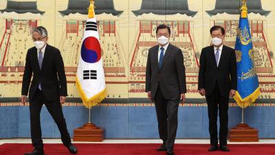 """문 대통령, 일본대사에게 """"바다 공유해 우려 크다""""...후쿠시마 원전 오염수 방류 지적"""