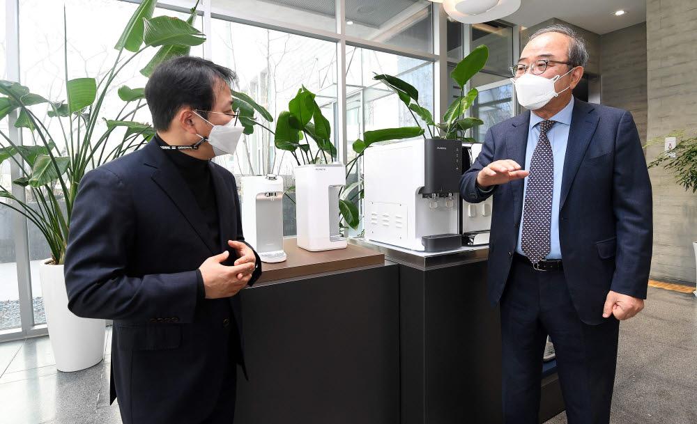 홍기범 전자신문 부장과 김영돈 원봉 회장이 이야기를 나누고 있다. 사진=김민수 기자