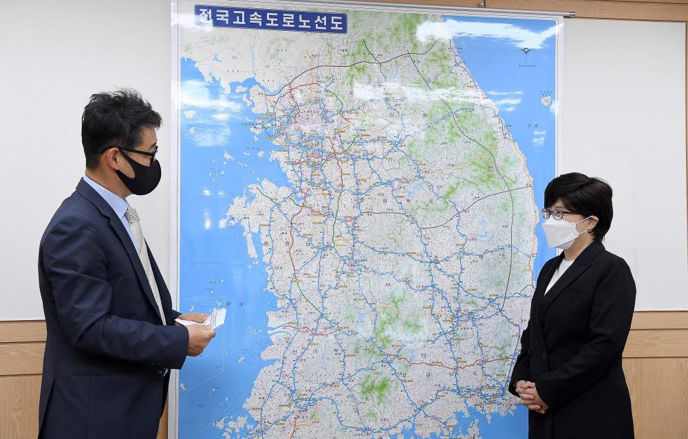 김진숙 한국도로공사 사장(오른쪽)과 김원석 전자신문 정치정책부장이 고속도로 안전과 미래 비전에 대해 대담을 나누고 있다. 사진=김민수기자 mskim@etnews.com