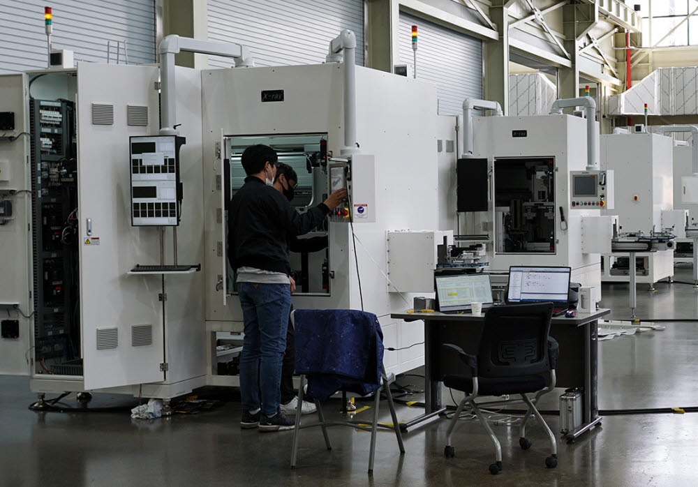 이노메트리 직원들이 엑스레이 검사장비를 살펴보고 있다.