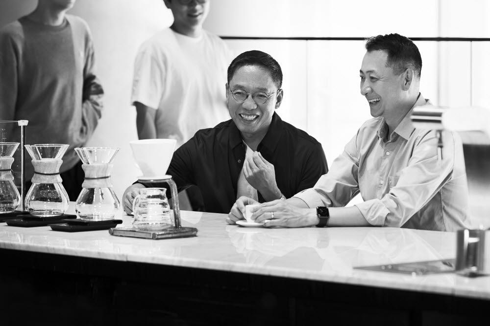 송호섭 스타벅스커피 코리아 대표(오른쪽)와 정태영 현대카드 부회장이 서울 종로에 위치한 스타벅스 더종로R점에서 PLCC 파트너십 계약을 체결한 후 담소를 나누고 있다.