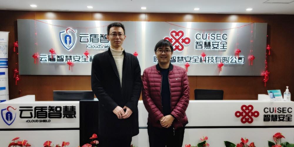 차이 노르마 중국 법인 대표이사(좌)와 화차 아이클라우드쉴드 CTO(우)가 협업을 위한 미팅 후 기념 촬영을 하고 있다.