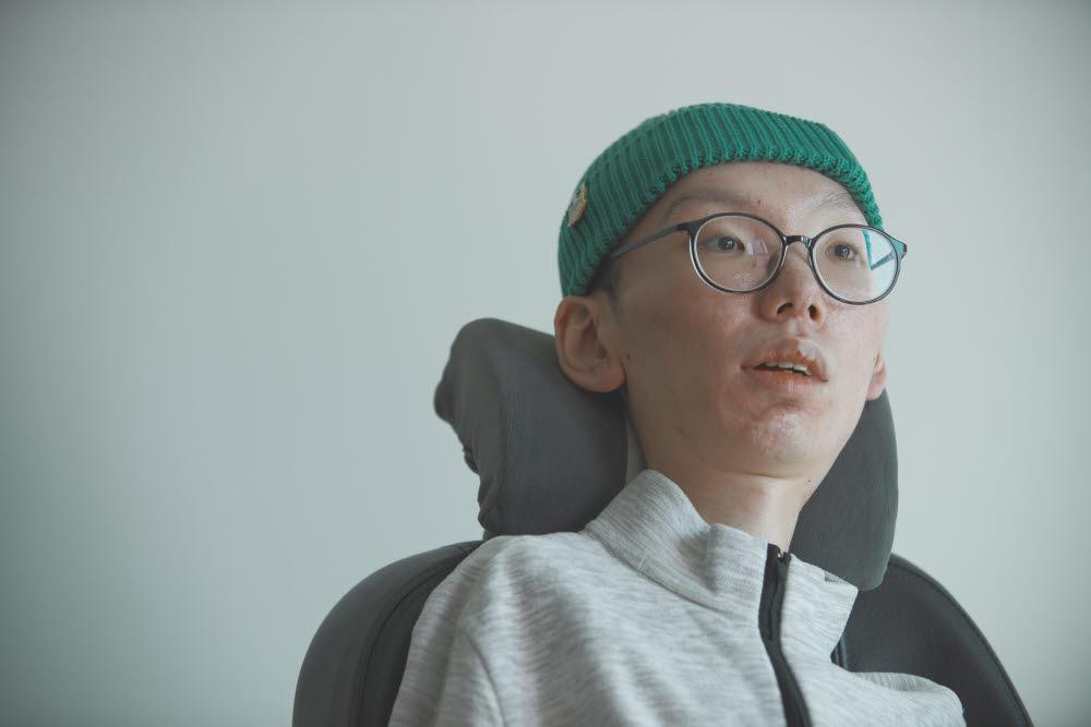 최의택 작가가 2021 문윤성 SF 문학상 대상 수상 기념 인터뷰에서 소감을 밝히고 있다. <아작 제공>