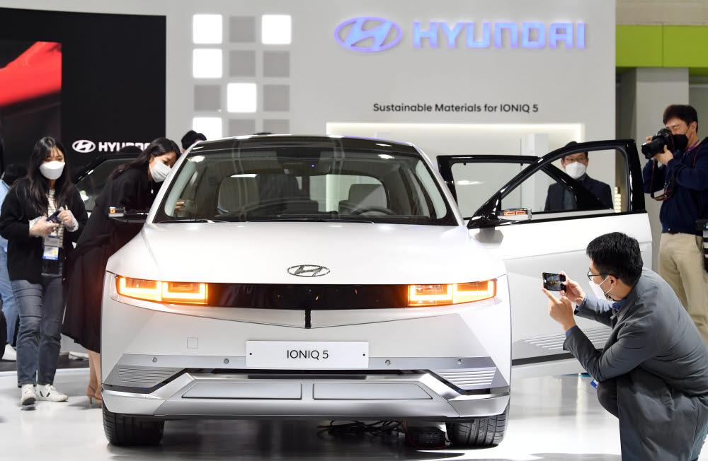 월드IT쇼에 선보인 현대자동차의 전기차 아이오닉5.