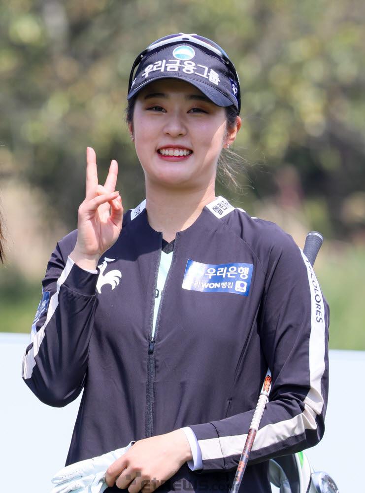 우리금융그룹 김재희가 루키 데뷔전에서 활짝 웃고 있다.