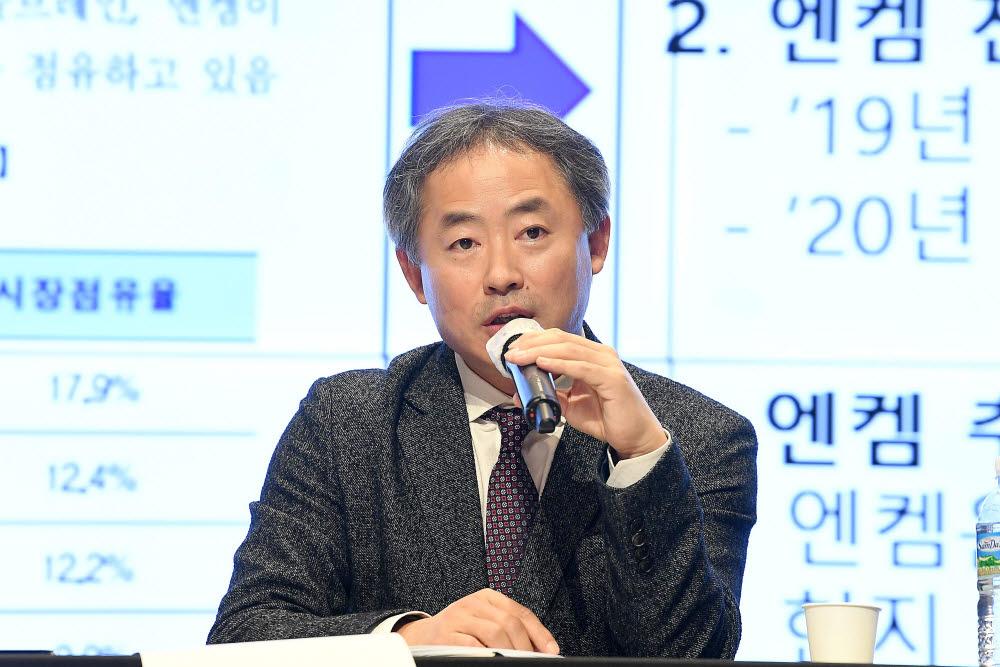 오정강 엔켐 대표가 배터리데이에서 배터리 성능 활성화의 핵심 : 전해액과 첨가제 동향을 주제로 발표하고 있다.