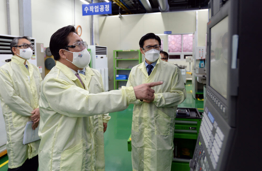 성윤모 산업통상자원부 장관이 미코세라믹스의 세라믹 히터 생산 공정을 살펴보고 있다.