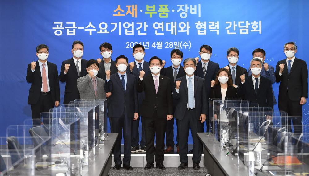 성윤모 산업통상자원부 장관과 참석자들이 기념촬영을 하고 있다.
