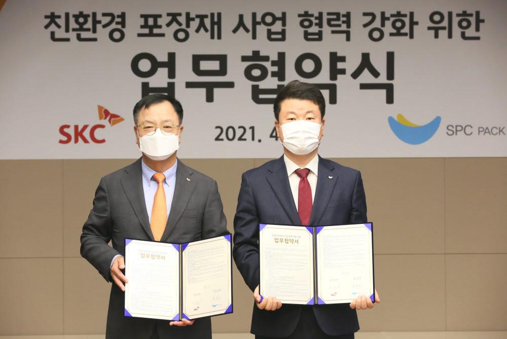 이완재 SKC 대표(왼쪽)와 김창대 SPC팩 대표가 업무협약을 맺고 기념 촬영을 하고 있다.(사진=SKC)