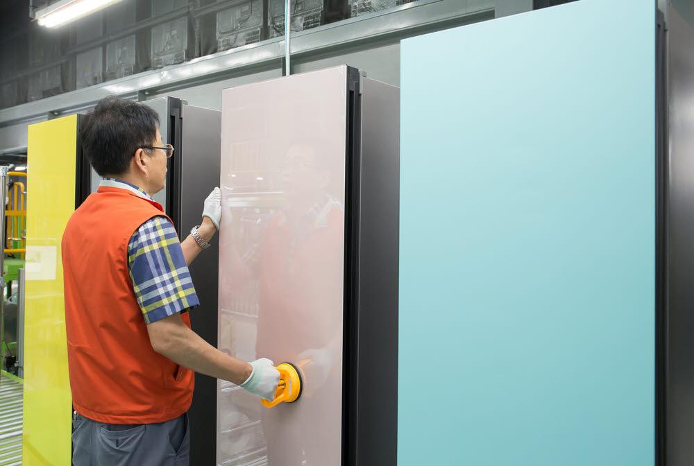 직원이 비스포크 냉장고를 생산하고 있다.