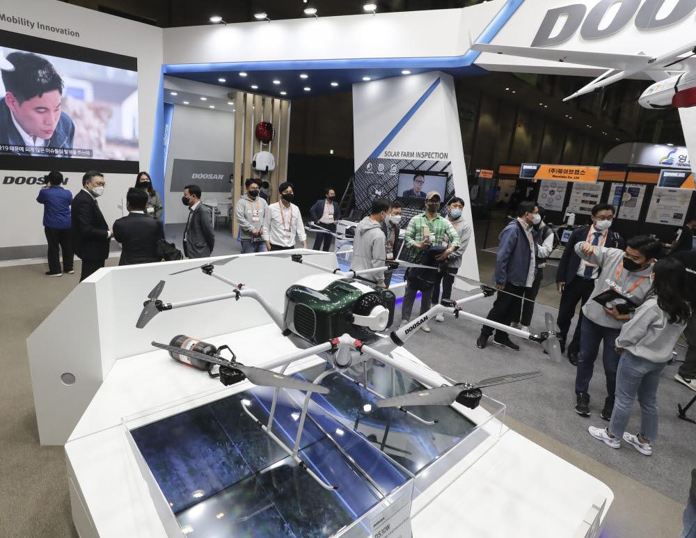 참관객들이 두산모빌리티이노베이션의 드론 제품을 살펴보고 있다.
