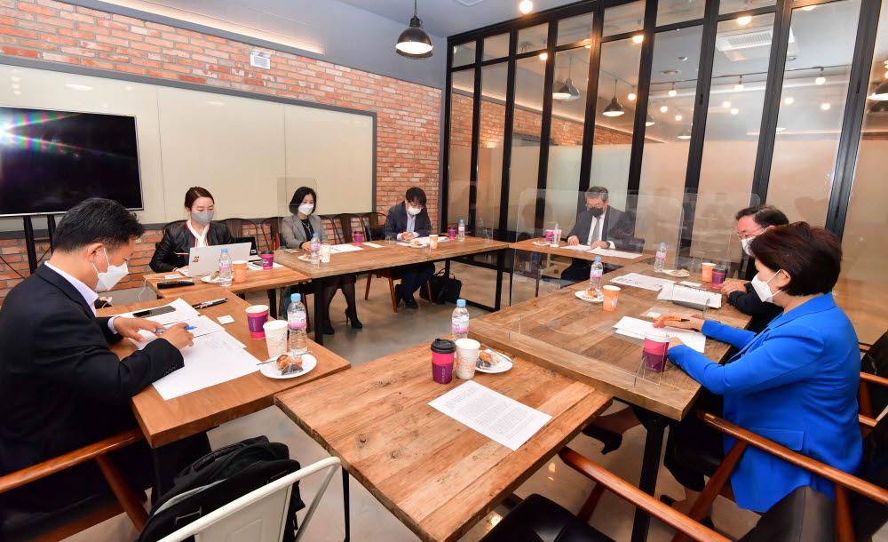 제2회 디지털 혁신 포럼이 서울 서초구 크로센트에서 열렸다. 스마트시티를 주제로 좌담회가 진행되고 있다. 박지호기자 jihopress@etnews.com